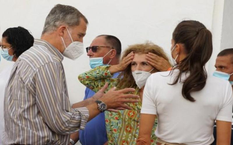 Los reyes de España visitan a evacuados de sus viviendas en La Palma