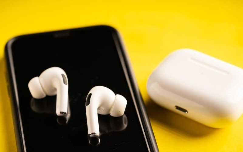 Apple podría desarrollar AirPods que monitorean la temperatura y la postura del usuario