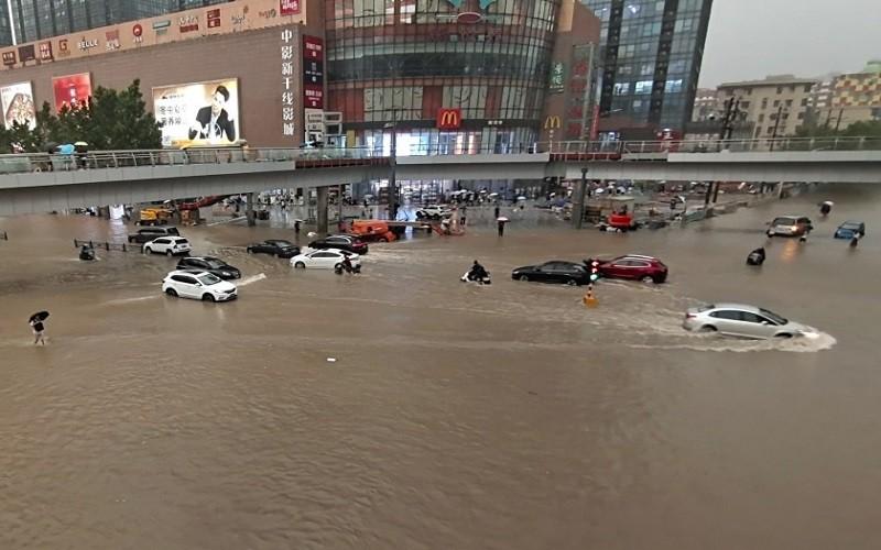 Mueren 12 personas tras quedar atrapadas en vagón de metro por inundaciones en China