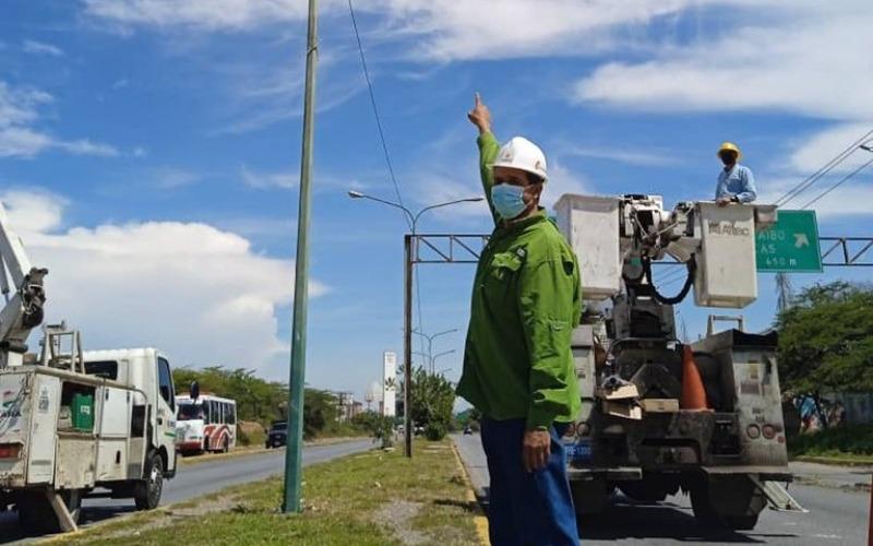 Trabajadores inician instalación de luminarias en avenida Las Industrias de Barquisimeto