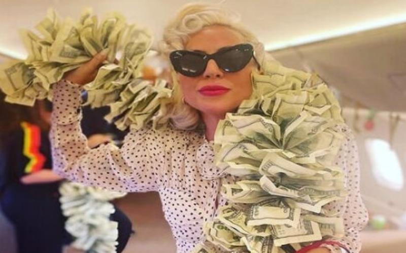 Lady Gaga lució una bufanda hecha con billetes de 100 dólares