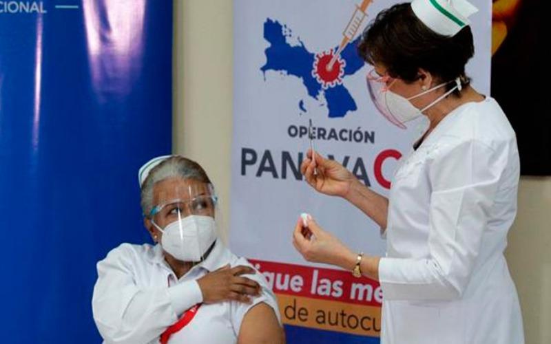 Panamá aplica tercera dosis contra la covid a mayores de 55 años