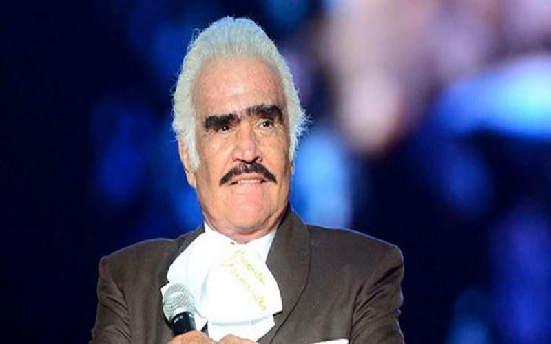 Vicente Fernández tiene leve mejoría, pero se mantiene en terapia intensiva